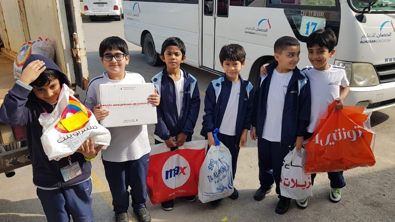 مساهمة بعض طلاب الصفوف الأولية في الحملة الخيرية